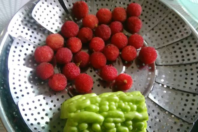 Home Cooking Recipe: White bayberry is very sweet~ wash white and dry