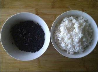 Home Cooking Recipe: White glutinous rice and purple glutinous rice need to be soaked for 1 hour in advance