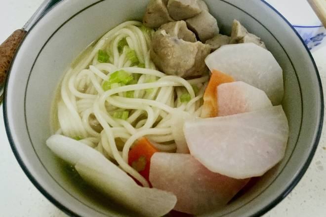 Home Cooking Recipe: White radish, sliced ​​mushrooms. Beef balls are drawn at the cross. Cut the celery into small pieces.