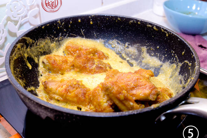 Home Cooking Recipe: Wrapped eggs: put in chicken wings, stir fry quickly, let the salted egg yolk evenly wrap the chicken wings, you can turn off the fire