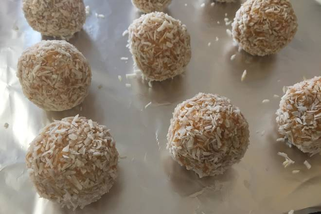 Home Cooking Recipe: Wrapped in shredded coconut oven 180 degrees Celsius middle layer for about 25 minutes