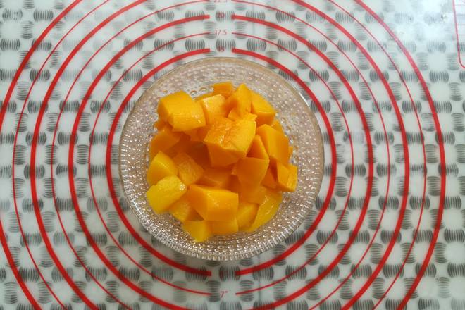 Home Cooking Recipe: Yellow peach and mango cut into small pieces