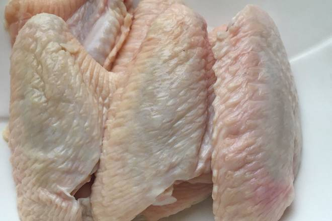 Home Cooking Recipe: You can buy whole chicken wings or buy wings like me. If it is frozen, first freeze it and rinse it off.