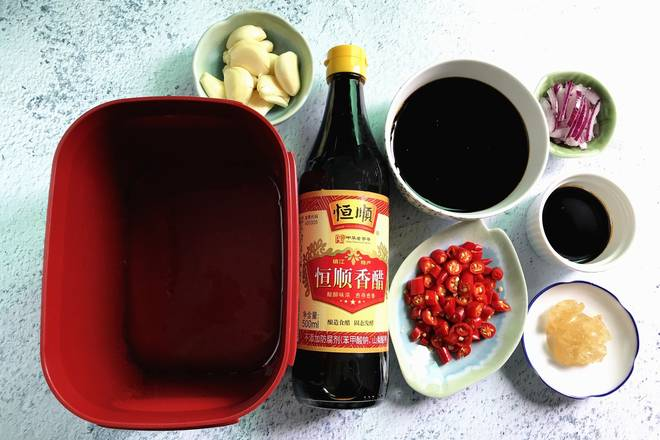 Home Cooking Recipe: Zhenjiang's Hengshun balsamic vinegar, the garlic shoots, the taste is very fresh, soy sauce, cut the ring of pepper, shredded onions, rock sugar, all into a compact box and mix well, the refrigerator is first refrigerated. ** Freeze some ice water in advance **